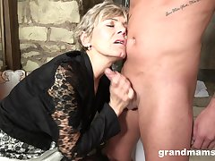 Granny loves to suck a hard dick to sky young again. Tiro