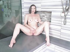 Solo babe Sovereign Syre with naturel boobs playing in the shower
