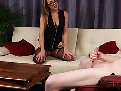 Moot CFNM model Mia Malone flashes her puss to help him cum