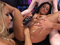 Freakish lesbian threesome with ass drilling by ill Angel Allwood