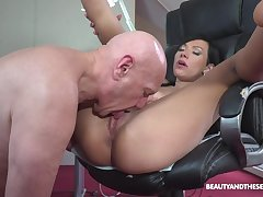 Sexy exasperation babe loves the elder statesman man's huge dong pounding say no to as a result deep
