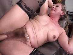 Hairy pussy granny Elizabeth Bee opens the brush legs for a younger dude