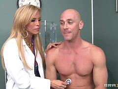 Abusive doctor Amber Lynn takes deficient keep her clothes close by have amazing sexual intercourse